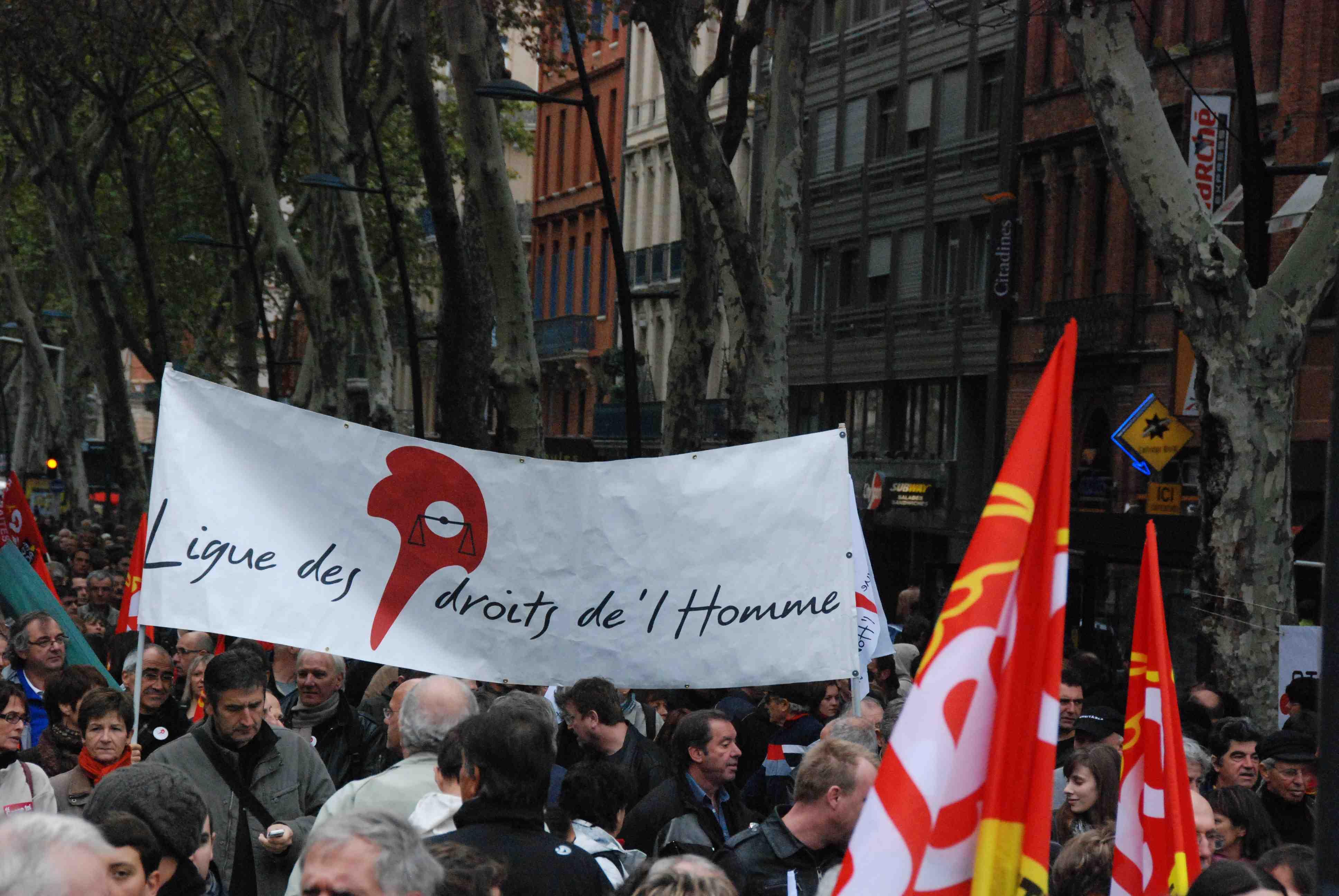 Banderole de la LDH dans le cortège des manifestations contre la réforme des retraites.